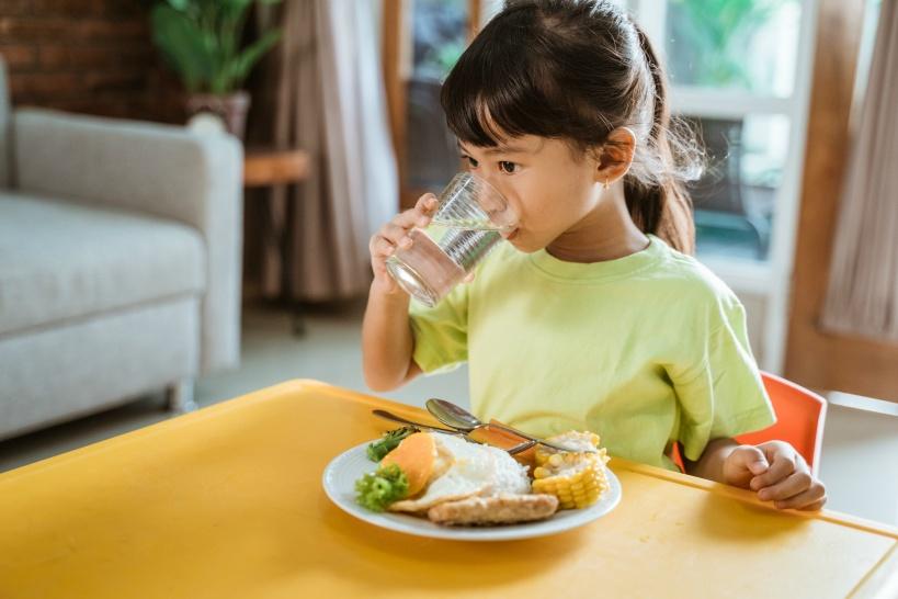 小さな子供が水を飲む様子