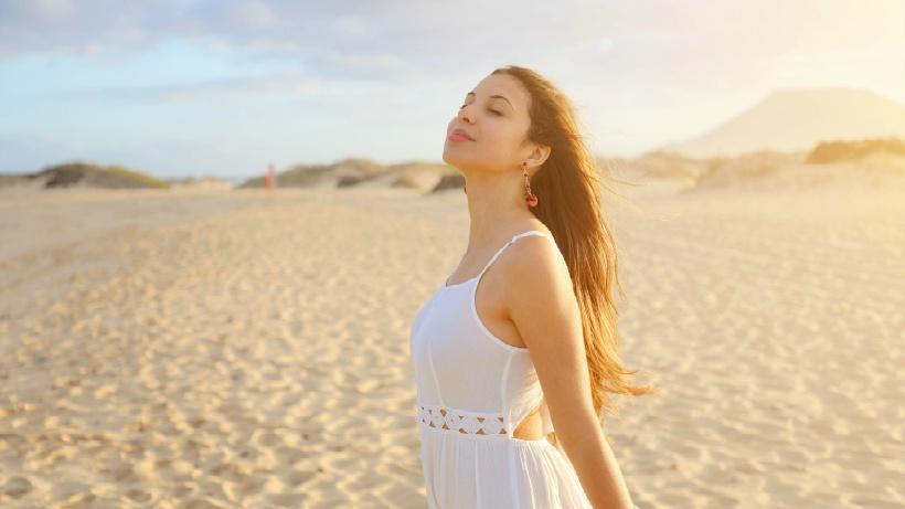 呼吸する女性のイメージ写真