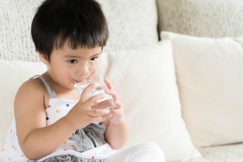 家族みんなで飲む水に水素水がおすすめの理由