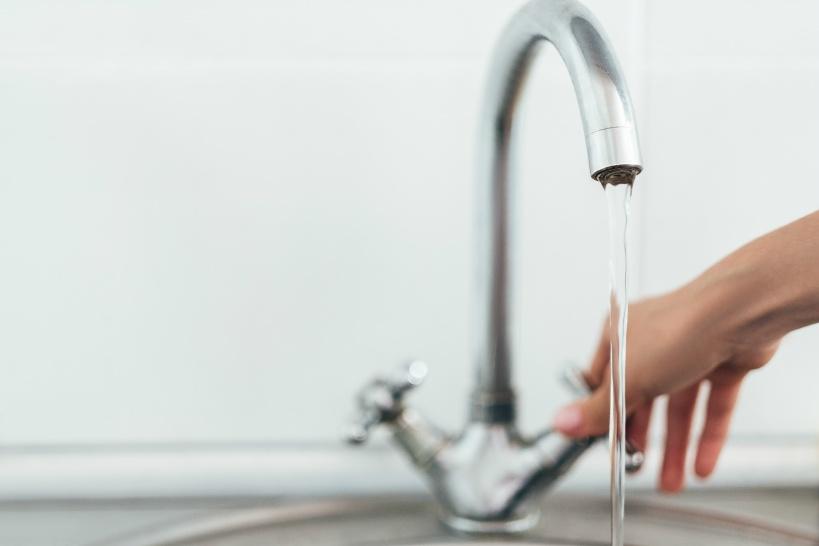 ウォーターサーバーと水道水。赤ちゃんのミルクに最適な水はどっち