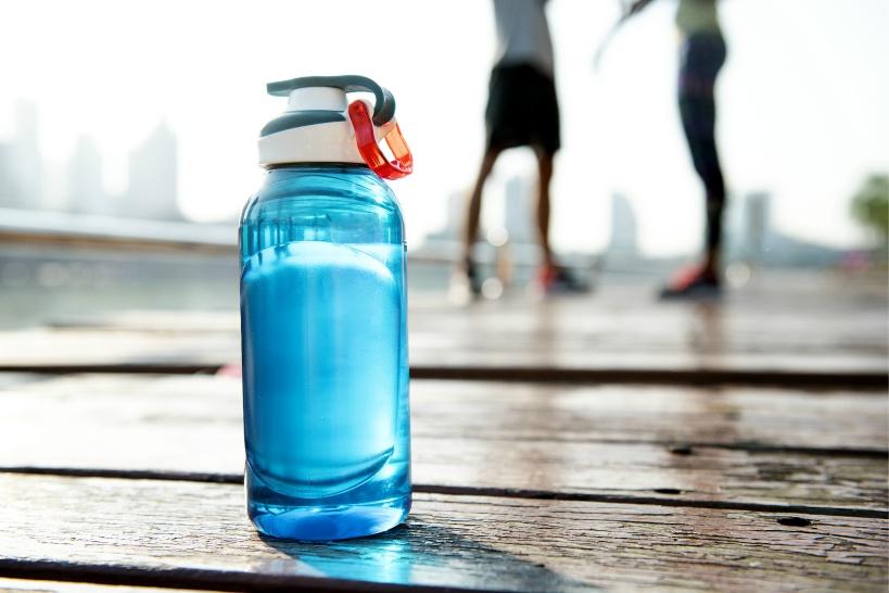 普通の水は駄目?アスリートがスポーツドリンクとして飲む水はコレ